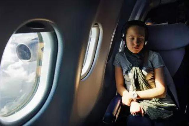 回哈坐飞机翘二郎腿睡觉 33岁女子腿神经被压坏已送医