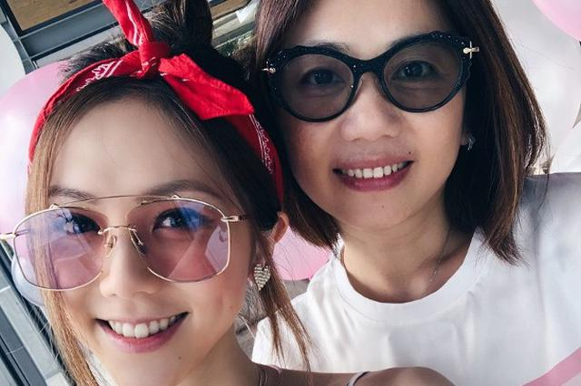 邓紫棋泰国庆生 和妈妈贴脸合照似姐妹花