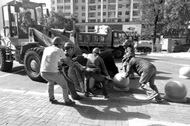 冰城市民发现私设占道挡车桩可拨打12319热线举报