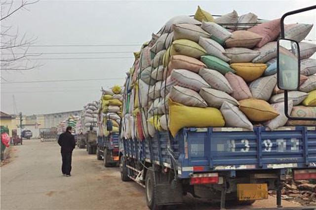 用假车牌混进拉粮车队 偷16万的大米14万给卖了