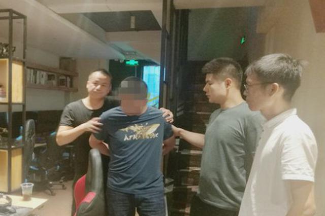 男子网吧偷手机后呼呼大睡 被齐齐哈尔民警抓个正着