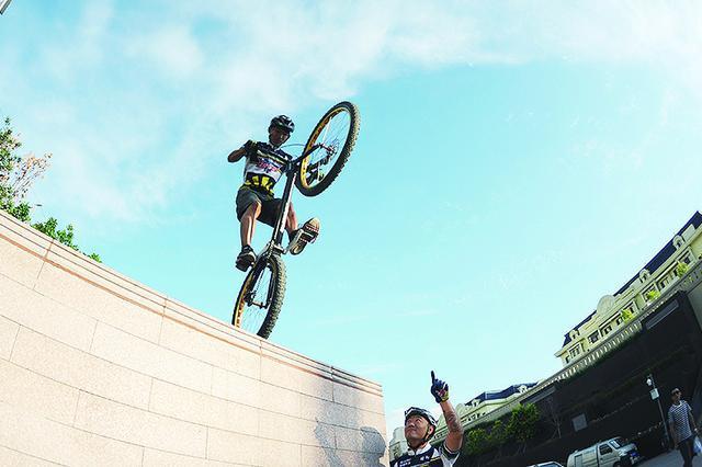 冰城攀爬车队的车手们 飞檐走壁自行车骑上天