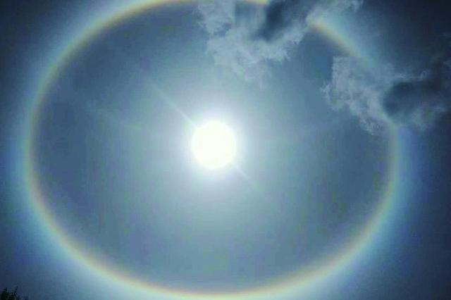 黑龙江省多地出现日晕 彩色光环环抱太阳美哭了