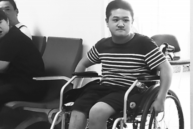 男孩患脆骨症骨折13次 坐轮椅上考上长江大学(图)
