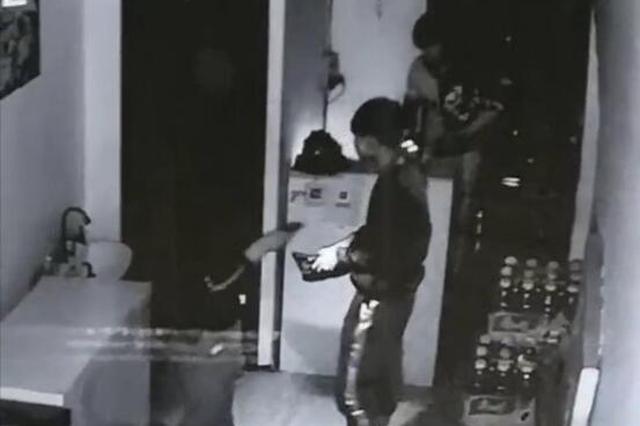 """饭店半夜来了""""不速之客"""" 仨男孩拽开店门入室盗窃"""