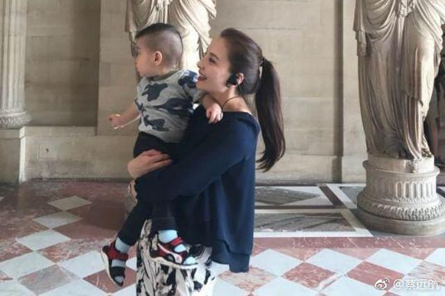 孙茜老公分享生活趣事 孩子不让抱卢浮宫大哭