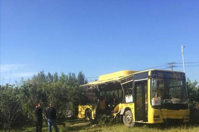 松北翻斗车与公交相撞 公交被拦腰撞穿2人死亡