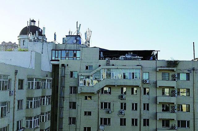 哈市东大直街110号楼楼顶私建堵塞消防通道