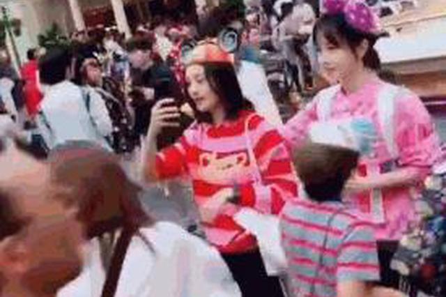 网友日本偶遇郑爽出游 与友人挽手前行长腿超抢镜