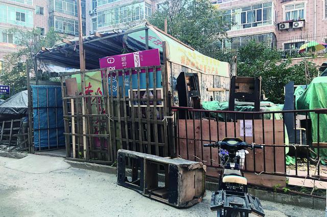 哈市一小区院内 搭围栏堆易燃物居民上演圈地大赛