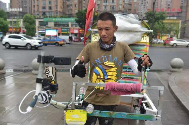 冰城小伙拖着平板房车走了2300公里 粉丝看他徒步中国