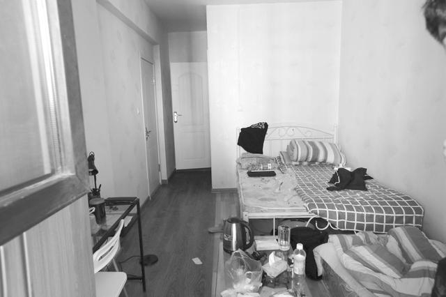 哈市学府经典二期:消防连廊被占群租房乱接电线