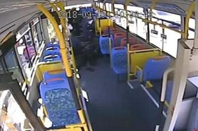 70岁老人公交上晕倒 大庆12路司乘上演生死营救