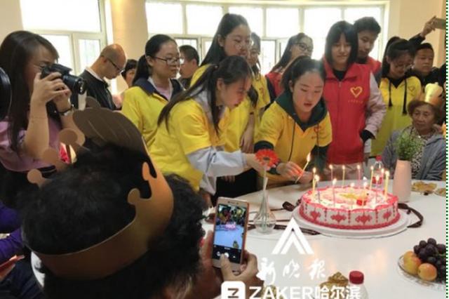 中秋节这个街道12位老人齐办生日会 载歌载舞大联欢