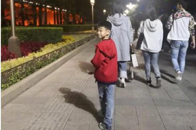 杨威带儿子凌晨看升旗仪式 杨阳洋回眸一笑很帅气