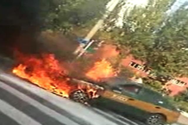 哈尔滨一辆行驶中出租车突然起火 的哥乘客弃车逃生
