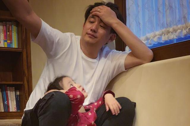 黄磊晒与小女儿温馨合影 网友:妹妹人儿鞋子亮了