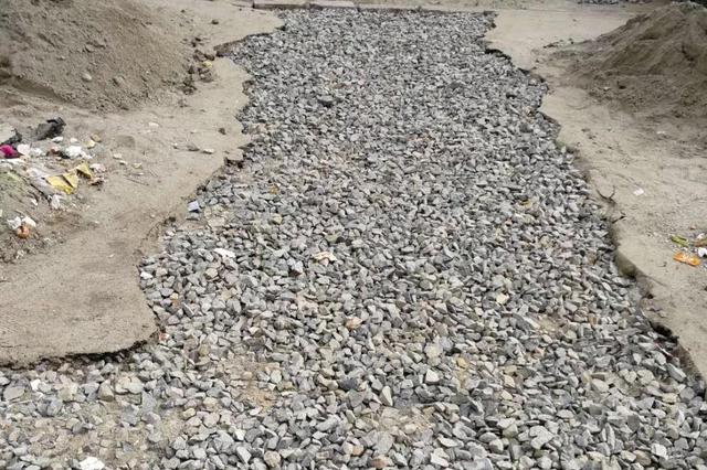 哈投换完供热管不恢复路面 城东新居百米长沟