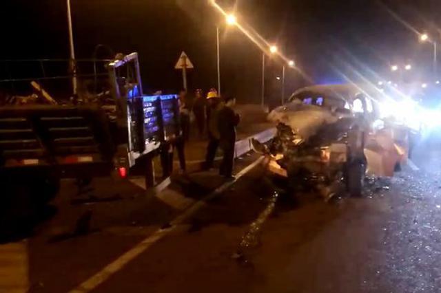 哈市香坊三环路军民街面包车追尾货车 车内四人受伤
