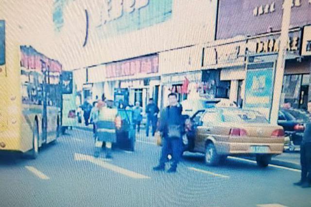 哈市道外客运站一的哥突然发病 热心路人拦车救人