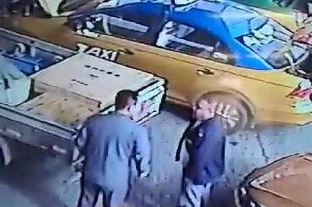 加气站夹塞加出火气 货车司机挥拳砸了出租车一大坑