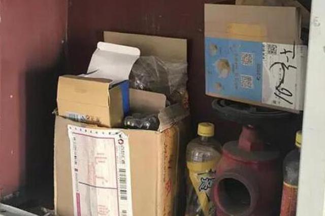 松北世纪花园B区消火栓箱堆满杂物 物业:消防设备没好使过