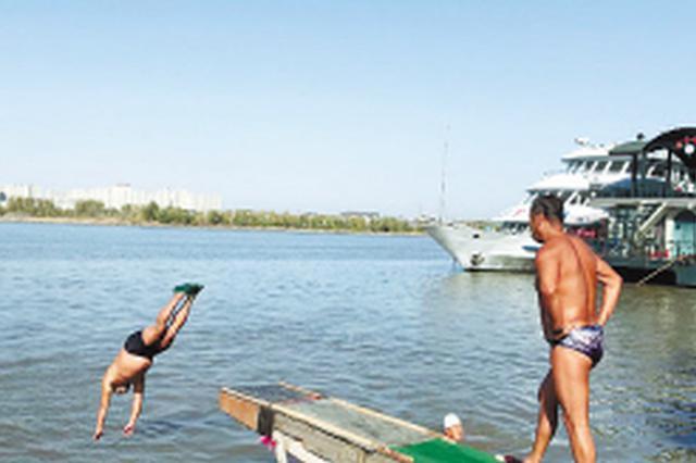 为冬泳做准备 哈南冬泳队的20名队员天天跳进江中泡