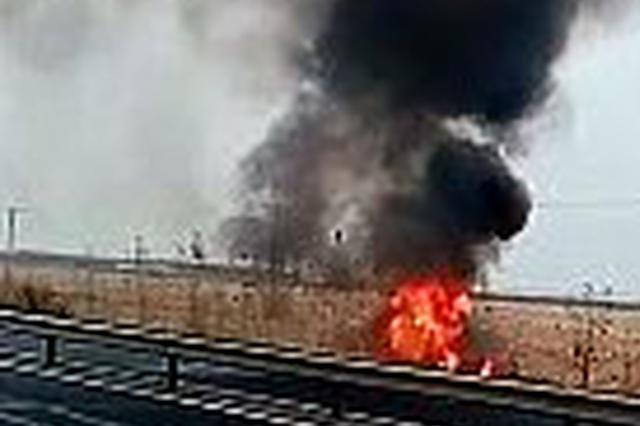 清晨在黑龙江省301国道一辆轿车翻车起火烧成空壳