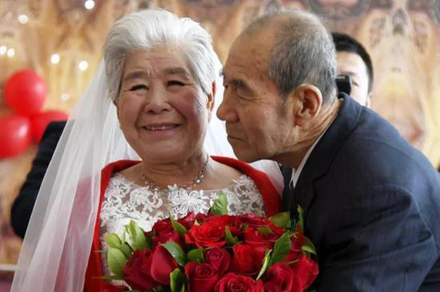 黑龙江一对夫妻在墓地办婚礼 丈夫说:让她体面甜一回