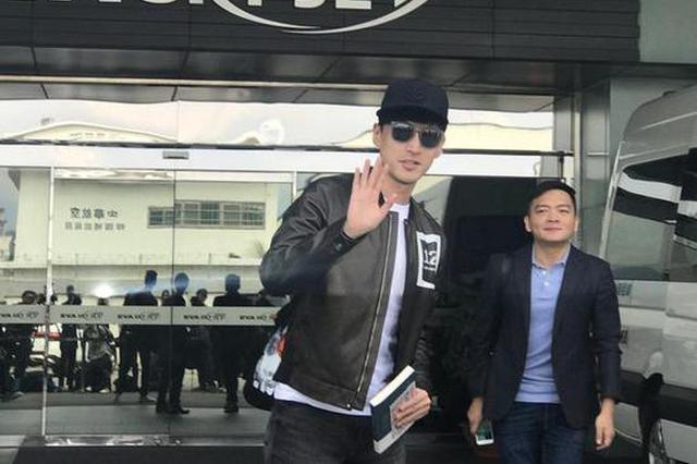 胡歌戴黑超现身台湾机场 毫无偶像架子与粉丝互动