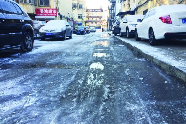 """小区路面被""""冰封""""齐齐哈尔居民踏冰出行"""