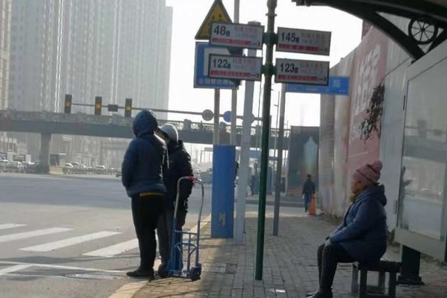 挡盲道的松浦大桥北新公交站台站牌杆立即拆除