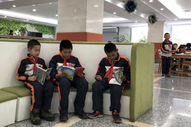 """""""小候鸟""""体验书香魅力 万余种电子图书在线开放"""