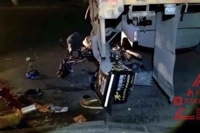 凌晨哈市一外卖小哥骑车钻进货车车底 重伤入院