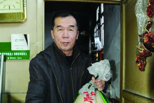 """冰城老人于凤臣:""""解忧食堂""""让麻雀温暖过冬"""