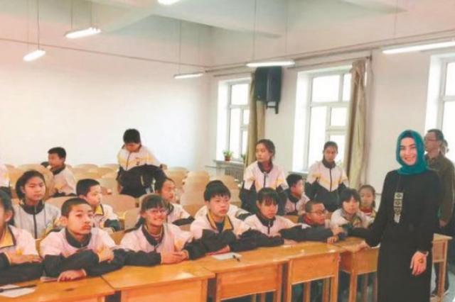 """哈工大留学生携8000中学生不出国门""""周游""""世界"""