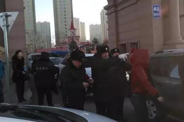 哈尔滨松浦观江国际小区数名保安与居民对骂 互相推搡