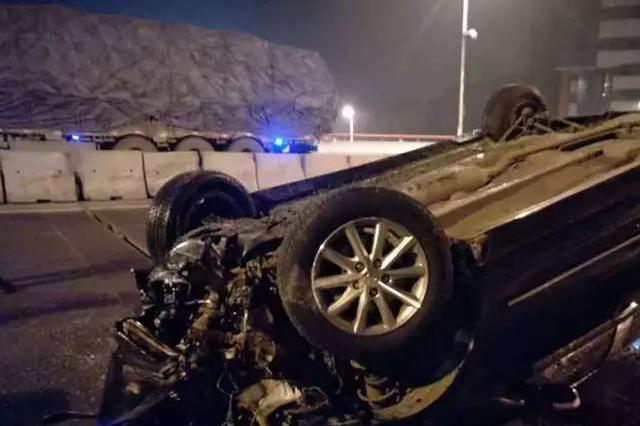 凌晨哈市二环桥上轿车失控倒扣 水泥墩撞开一大片