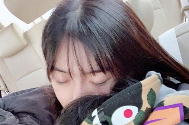 baby抱儿子睡觉画面温馨 小海绵微露侧脸模样超萌