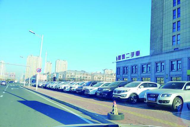 哈尔滨松北凯利汽车城50余台无牌二手车占据停车位