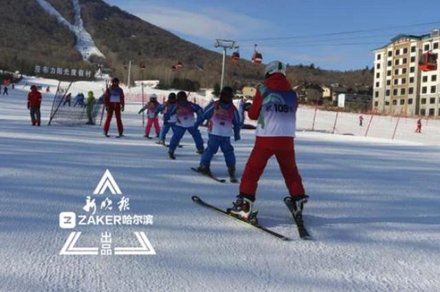 """最过瘾的撒欢当然是""""雪上飞"""" 哈市滑雪场学生客增三"""