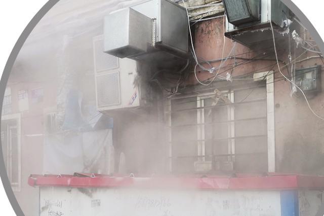 哈尔滨一居民区院里起雾楼体挂霜 竟是一楼浴池惹的祸