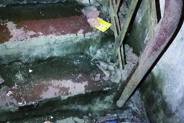 哈尔滨一小区下水管返水 一屋子污水臭气