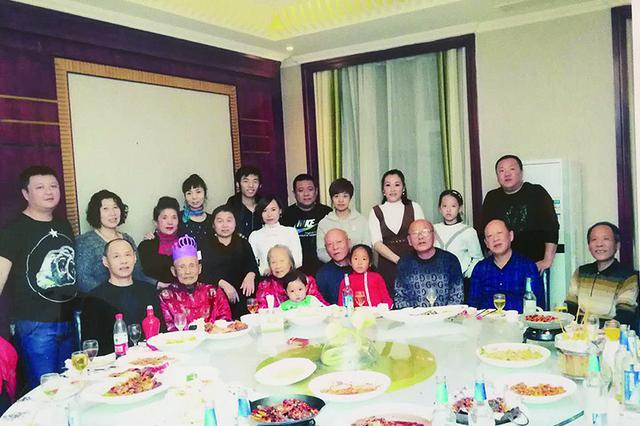 """冰城""""四世同堂""""家庭幸福样本:每个节日都张罗聚餐"""
