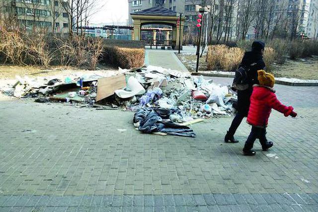 居民投诉哈尔滨尚熙雅轩小区:垃圾成堆 电梯无年检贴