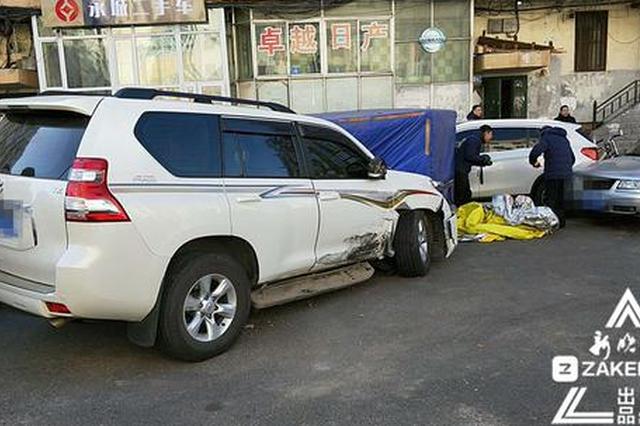 商务车连怼路边5辆私家车 司机逃离监控拍下全程