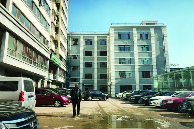 哈市道外区仁里兴业小区 居民庭院被圈占成停车场