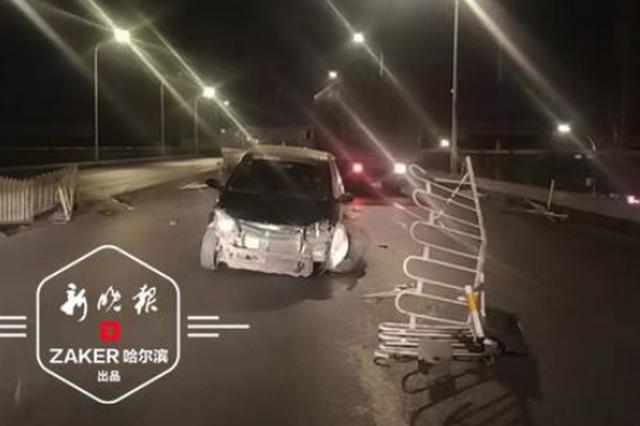 凌晨哈市道外一轿车撞飞隔离带冲上对向道 轮子都掉了