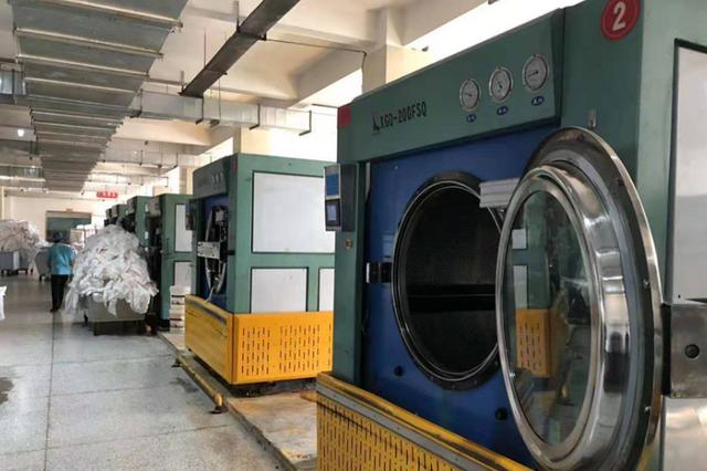 """冰城有家""""巨无霸""""洗衣店:一台洗衣机一次洗400斤"""