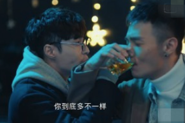 """张艺?#26031;?#26446;荣浩喝交杯酒 网友笑称""""是恋爱的感觉"""""""